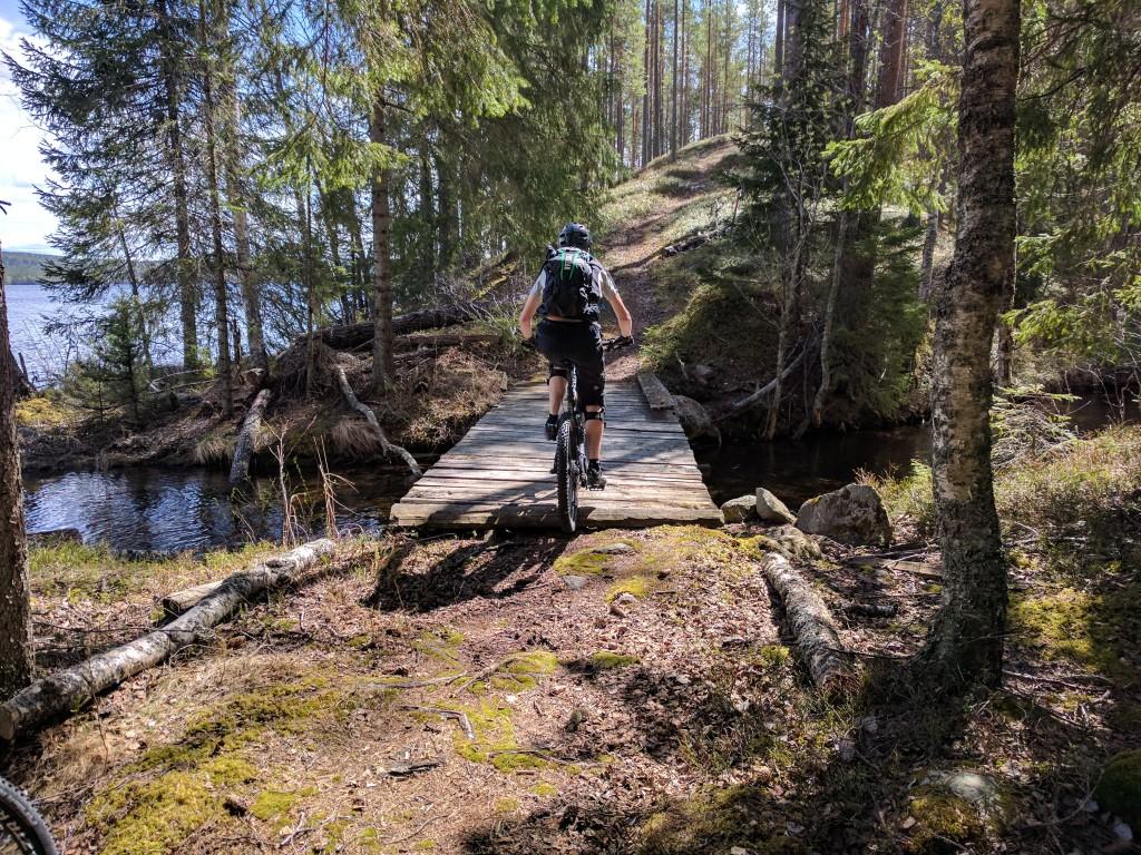 Bro över ån som förbinder Sör-Flugen med Häsbosjön.